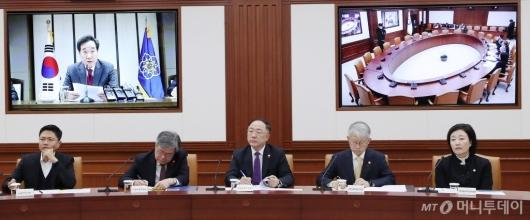 [사진]총리 모두발언 경청하는 국무위원들