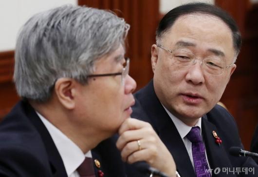 [사진]이재갑 장관과 대화 나누는 홍남기 부총리