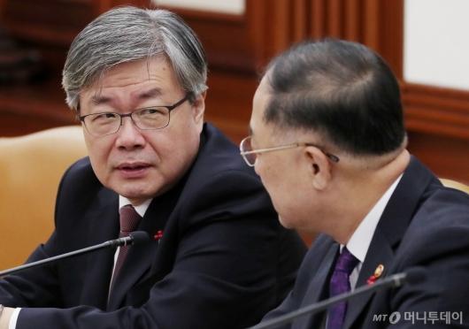 [사진]홍남기 부총리와 대화 나누는 이재갑 장관
