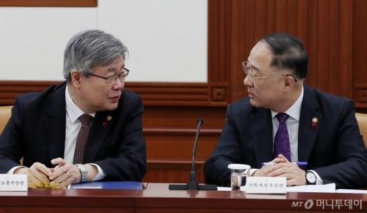 [사진]대화 나누는 홍남기 부총리-이재갑 장관