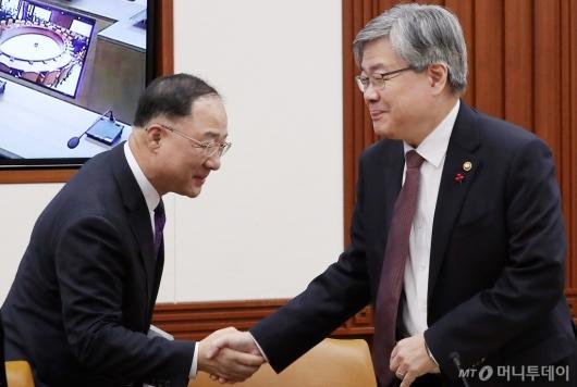 [사진]악수하는 홍남기 부총리-이재갑 장관