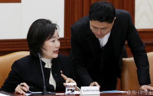[사진]대화 나누는 박영선 장관-김광진 정무비서관