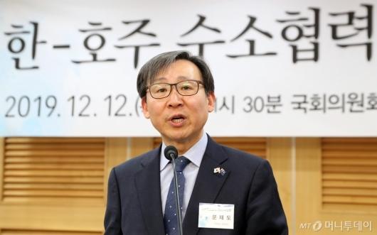 [사진]'수소협력 세미나' 축사하는 문재도 회장