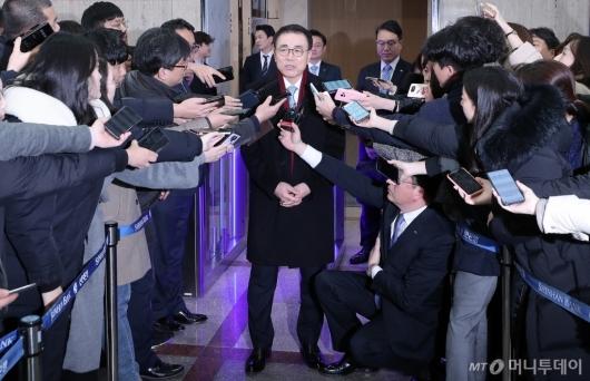 [사진]취재진 만난 조용병 회장
