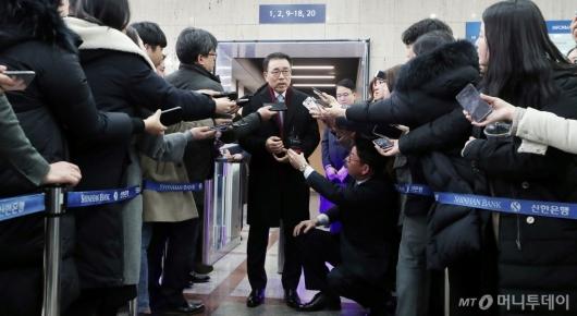 [사진]취재진 질의에 답하는 조용병 회장