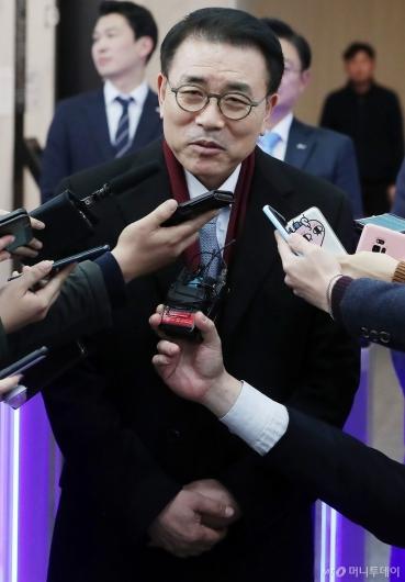 [사진]답하는 조용병 신한금융지주 회장