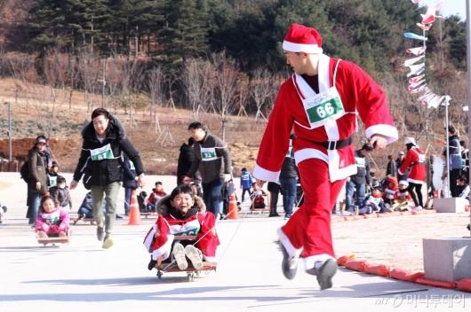 [사진]썰매 대회 참가한 산타가족
