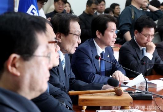 [사진]회의 주재하는 이해찬 대표