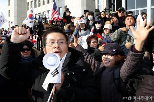 [사진]지지자들 응원 받는 황교안