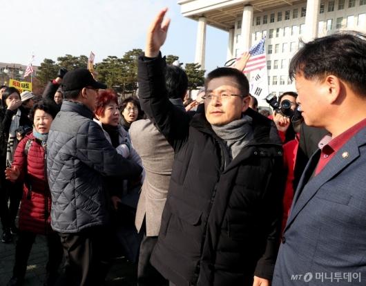 [사진]지지자들에게 손 흔드는 황교안
