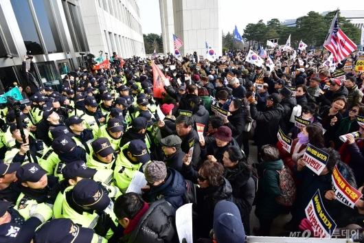 [사진]국회 본청 진입 시도하는 보수단체
