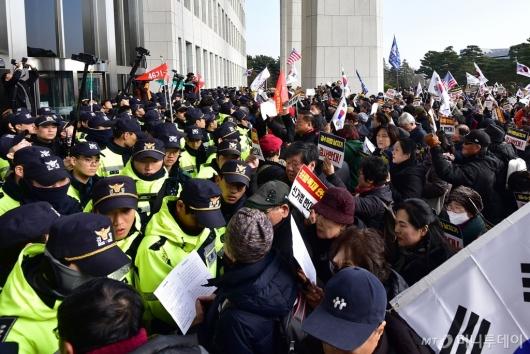 [사진]국회 진입 시도하는 보수단체