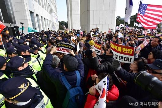 [사진]국회 본청 진입 시도하는 보수단체 회원들