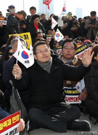 [사진]태극기 흔드는 황교안 대표