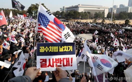 [사진]한국당, 국회 계단서 규탄대회