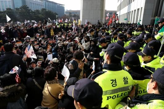 [사진]국회 본청 앞 경찰과 대치하는 보수단체