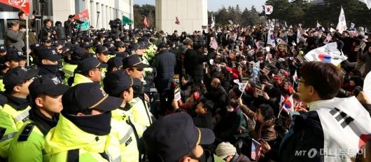 [사진]경찰과 대치하는 보수단체