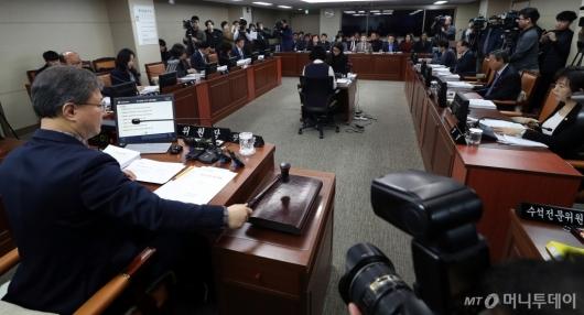 [사진]의사봉 두드리는 장인홍 위원장