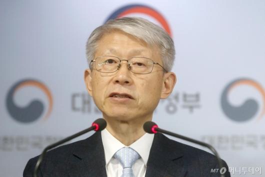 [사진]인공지능 국가전략 발표하는 최기영 장관