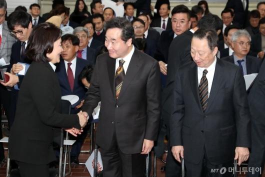[사진]악수하는 이낙연 총리-박영선 장관