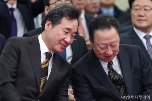 [사진]이야기하는 이낙연 총리-박용만 회장