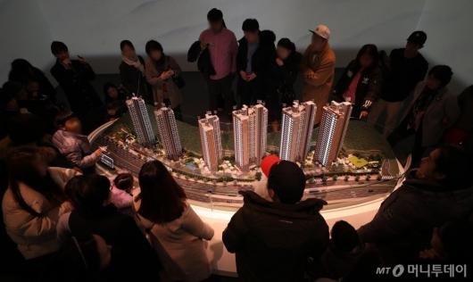[사진]단지 모형 살펴보는 관람객들