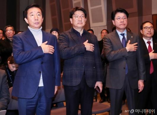 [사진]국민의례하는 김성태-권성동-장제원