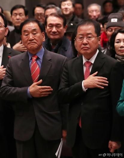 [사진]국민의례하는 이재오-홍준표