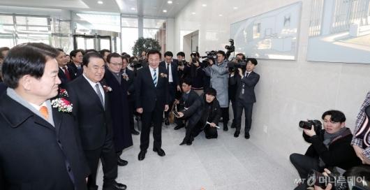 [사진]국회 소통관 둘러보는 문희상 의장-당대표들