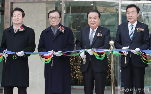 [사진]테이프 커팅하는 문희상 의장-여·야 3당 대표들