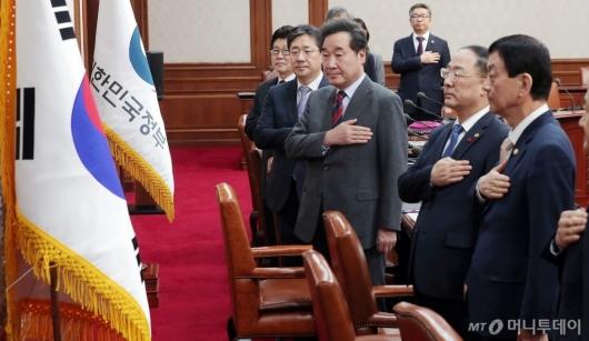 [사진]국기에 경례하는 이낙연 총리