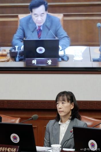 [사진]국무회의 참석한 최윤희 문체부 2차관