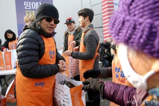 [사진]김보성 '이번 겨울 따듯히 보내세요'