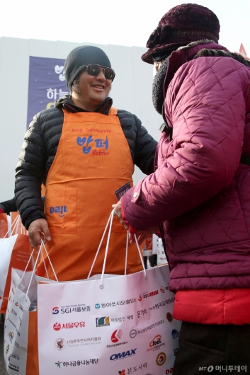 [사진]김보성 '선물과 함께 보내는 따뜻한 미소'
