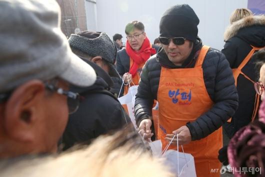 [사진]김보성 '이번 겨울 따뜻하게 보내세요'