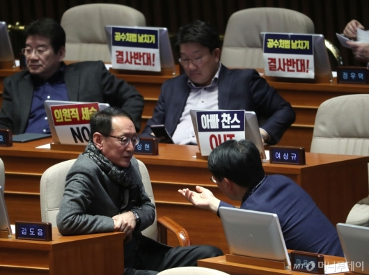 [사진]의견 나누는 한국당 의원들