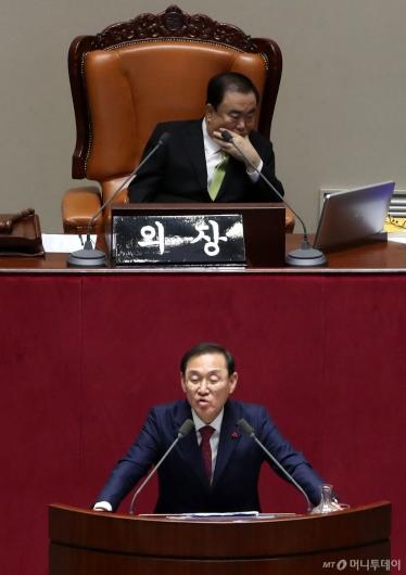 [사진]무제한 토론하는 정유섭 의원