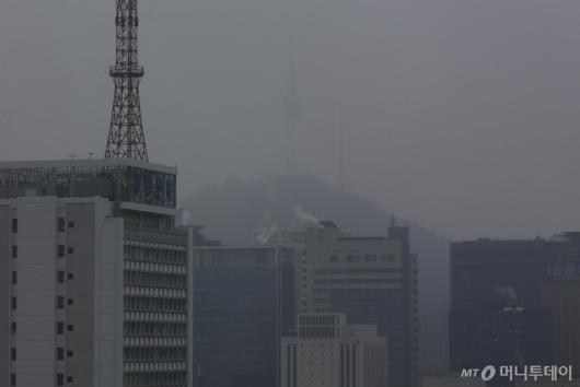 [사진]엿새째 초미세먼지 휩싸인 서울 하늘
