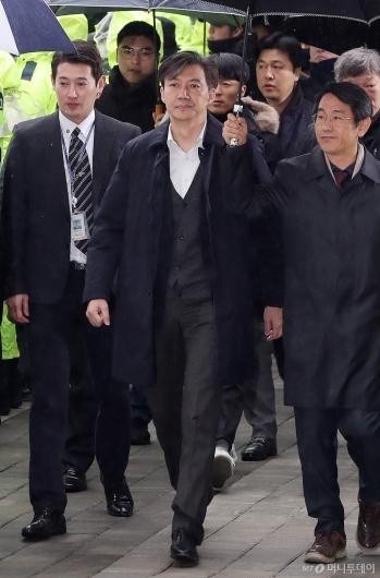 [사진]조국 '무거운 발걸음'