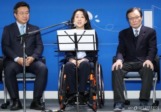 [사진]소감 말하는 민주당 총선 인재영입 1호