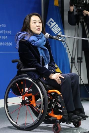 [사진]답변하는 민주당 총선 인재영입 1호