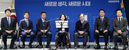 [사진]소감 밝히는 민주당 총선 인재영입 1호