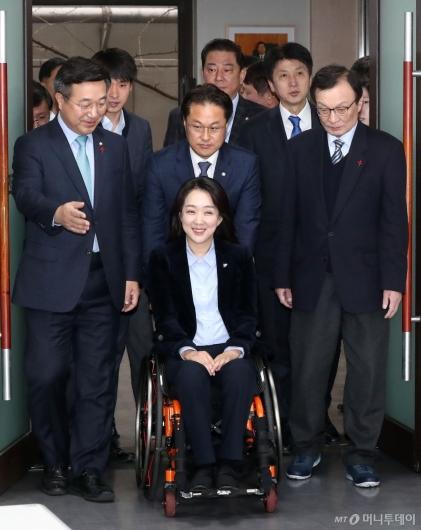 [사진]밝게 웃는 민주당 인재영입 1호 최혜영 교수