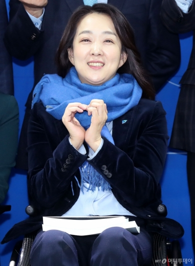 [사진]하트 만드는 최혜영 교수