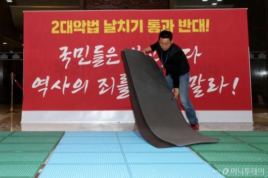 [사진]한국당, 국회 로텐더홀 농성장 철거