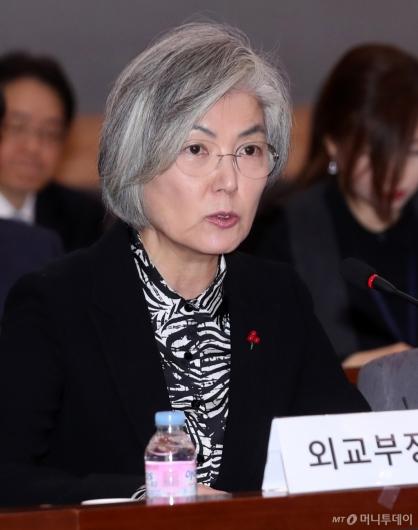 [사진]강경화 장관 '외교전략 방향은?'