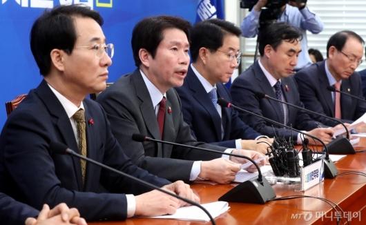 [사진]원내대책회의 발언하는 이인영