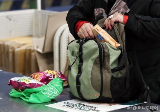 [사진]'가방에 장 본 거 담아요'