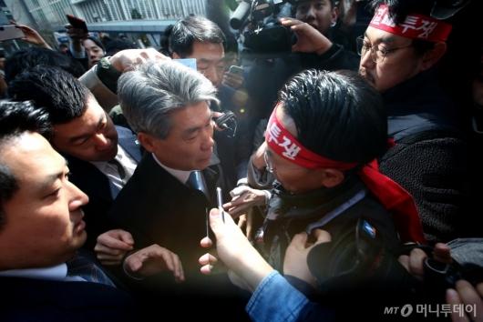 [사진]출근길 가로막힌 윤종원 신임 IBK기업은행장