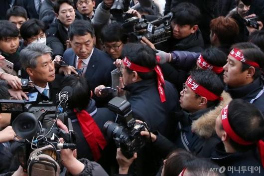 [사진]윤종원 신임 IBK기업은행장 '험난한 첫 출근'